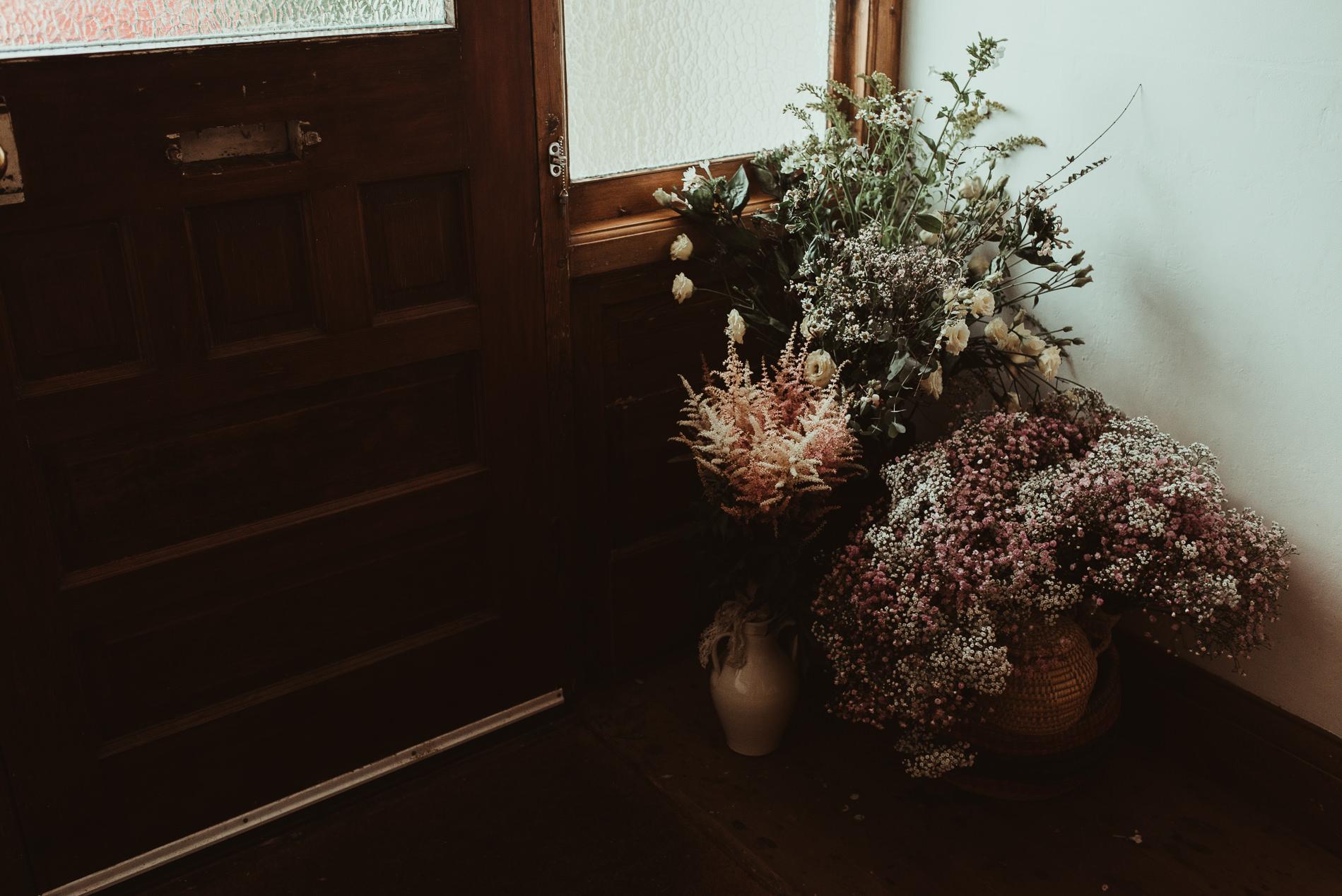bohemian_wedding_lawshall_church_garden2